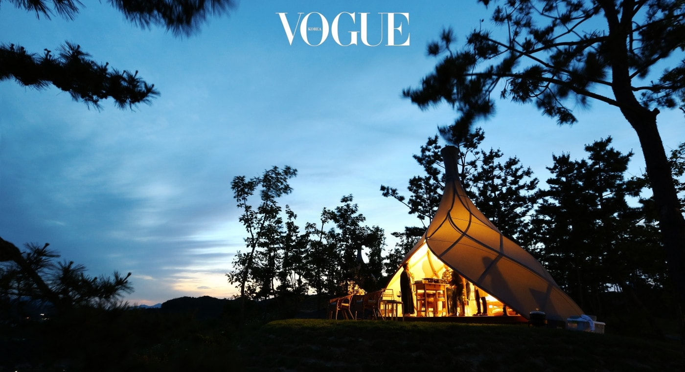 바다의 고둥을 형상화한 독특한 디자인의 쉘 하우스 텐트. 입구가 넓어 실내에서도 바다와 하늘을 감상할 수 있으며, 연기가 나지 않는 돌판을 이용해 바베큐도 가능하다.