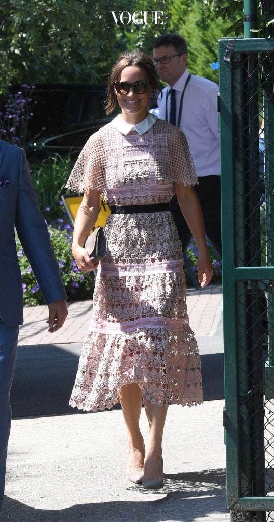 케이트 미들턴에 이어 여동생 피파 미들턴의 의상도 관객들의 시선을 강탈했습니다. 연핑크 레이스 소재의 셀프 포트레이트 드레스는 발목을 살짝 드러내는 길이와 칼라 디테일로 점잖은 시스루 룩을 연출해주는군요. 회색 클러치와 오버사이즈 선글라스로 룩을 마무리한 그녀는 언니 못지않은 패셔니스타!
