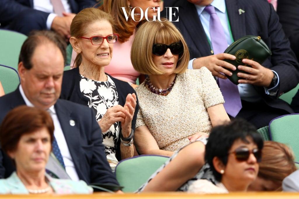 미국 보그의 편집장이자 영국의 여왕으로부터 데임(귀부인)작위를 받은 안나 윈투어도 테니스를 사랑하는 윔블던 팬입니다. 거의 매년 빠짐없이 경기를 관람하는 그녀는 평소 유니폼인 선글라스, 크리스털 비드 목걸이와 캡 슬리브 미디 드레스를 착용했습니다. 매일 새벽 5시에 일어나 출근 전 테니스를 친다는 소문이 있을 정도로 스포츠를 사랑하는 안나는 윔블던뿐만이 아니라 다른 그랜드 슬램 토너먼트에서도 종종 목격된답니다.
