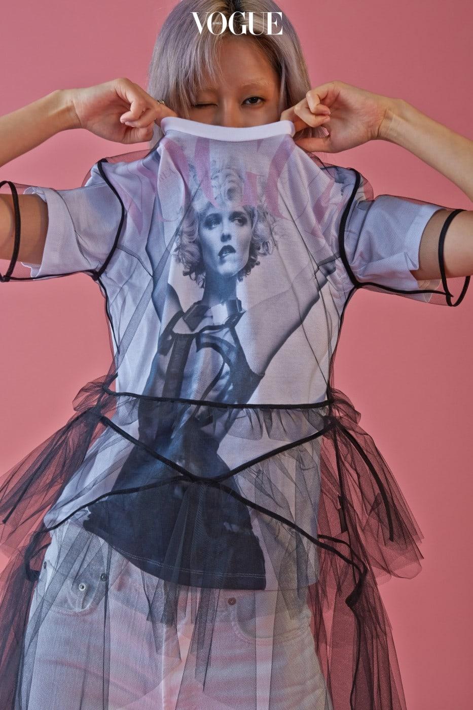2009년 8월 커버 프린트, 검은색 튤 드레스를 조합한 티셔츠는 YCH, 화이트 데님은 캘빈 클라인 진(Calvin Klein Jeans).