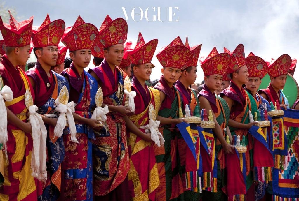 전 세계에서 국민행복지수 1위에 뽑힌 부탄 왕국. 부탄 왕국은 인구 수가 총 100만명이 되지 않는 작은 나라로  1인당 국내 총생산지수가 2000달러에도 미치지 않지만, 심리적인 안정을 느낄 수 있는 국가의 복지, 문화, 분위기 때문에 국민 모두가 불평등 없이 행복함을 느끼며 살아가고 있다고 하네요.