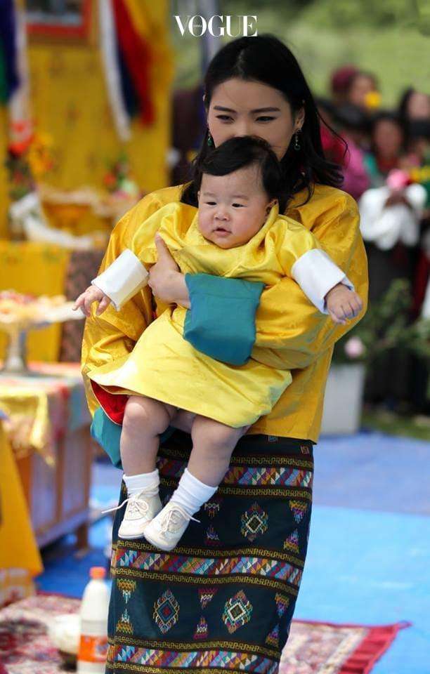 """무려 10만여 명의 국민들이 동참한 '나무 심기' 운동은 전 세계적으로 화제가 되었습니다.  영국의 BBC 방송은 """"부탄 국교인   불교에서 장수와 건강, 아름다움, 자비를 상징하는 나무를 심어 왕자에게 선물했다. 10만8000그루는 불교에서 중요한 숫자 '108'을 뜻하는 것""""이라고 전했습니다."""