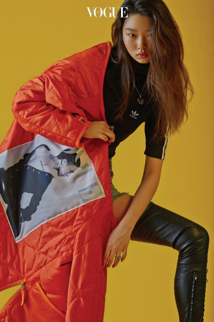 2016년 20주년 창간 기념호 커버를 프린트한 오렌지색 퀼팅 재킷은 스테레오 바이널즈(Stereo Vinyls), 검은색 터틀넥 티셔츠는 아디다스(Adidas), 데님 쇼츠는 쟈딕앤볼테르(Zadig&Voltaire), 싸이하이 가죽 부츠는 셀린(Céline), 해골 펜던트 목걸이는 구찌(Gucci), 양손에 낀 반지는 디올(Dior).