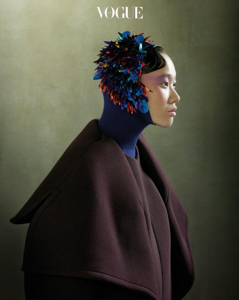 메탈 비즈 장식을 화려하게 수놓은 후드 스웨터와 꽃잎 모양의 빅 사이즈 코트는 델포조(Delpozo).
