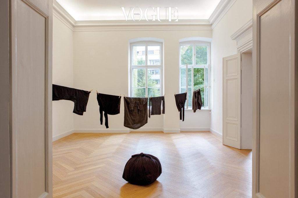 케베니히 갤러리 2층에 전시된 'Bottari'(2017). 2 얼마 전 작고한 절친한 동료 미하엘 O. 케베니히를 추모하는 흰색 보따리.