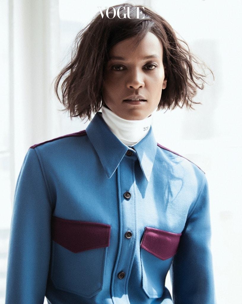 라프 시몬스의 컬러리즘은 편하게 입을 수 있는 셔츠에도 적용됐다. 군데군데 버건디 컬러를 믹스한 블루 셔츠와 '205'가 새겨진 하이넥 칼라 장식.