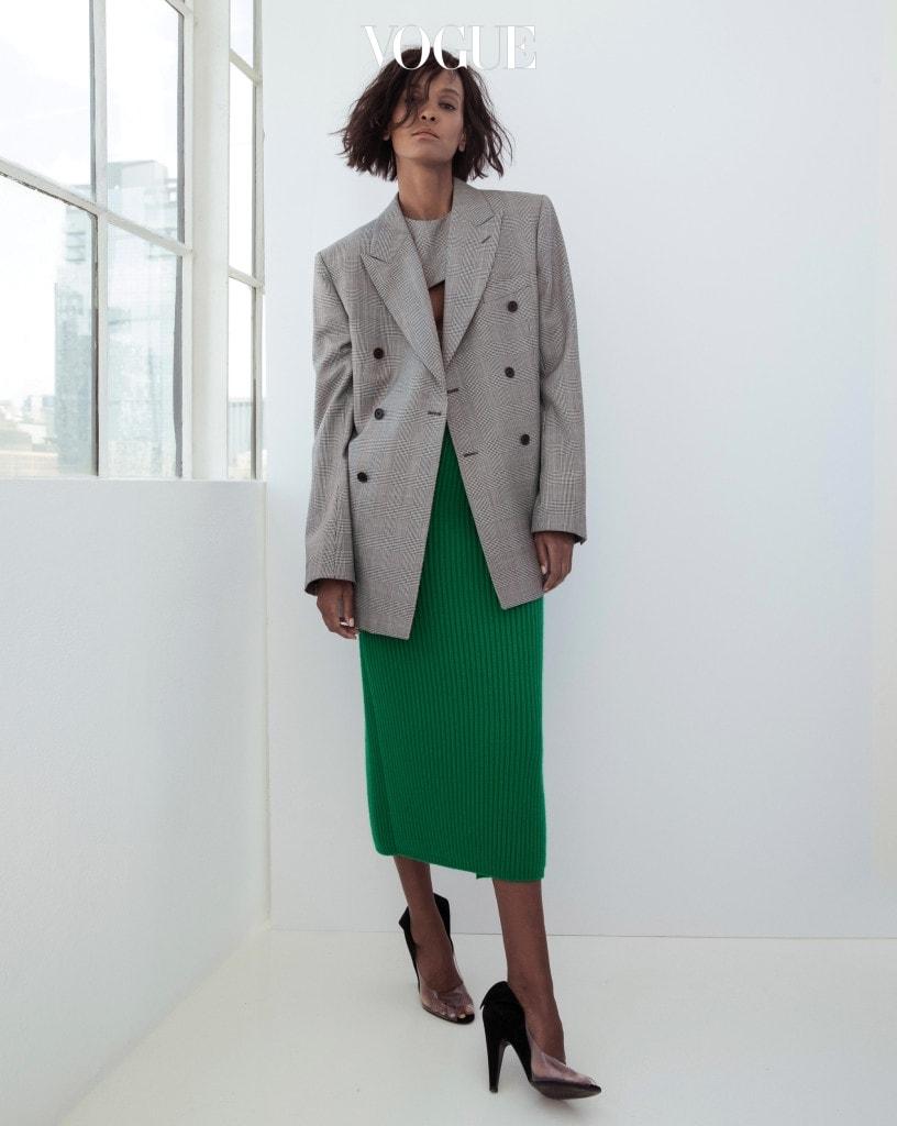 첫 컬렉션을 위해 CK 정신과 뿌리에 탐닉한 라프 시몬스에게 '월스트리트' 같은 미국적인 아이디어도 영감을 줬다. 남성적인 더블 버튼 재킷도 그렇게 탄생한 것. 같은 소재의 컷아웃 톱과 그린 니트 스커트가 어울렸다. 의상과 액세서리는 캘빈 클라인 205W39NYC(Calvin Klein 205W39NYC).