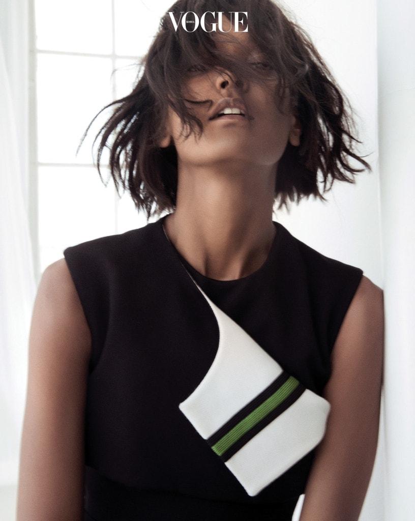 화려한 장식 없이도 시크한 이브닝 룩을 완성하는 미니멀리스트의 블랙 드레스.