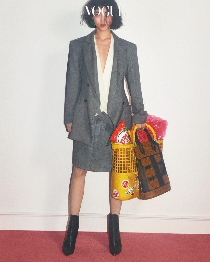 회색 재킷과 스커트, 셔츠, 가방, 첼시 부츠는 루이 비통(Louis Vuitton).