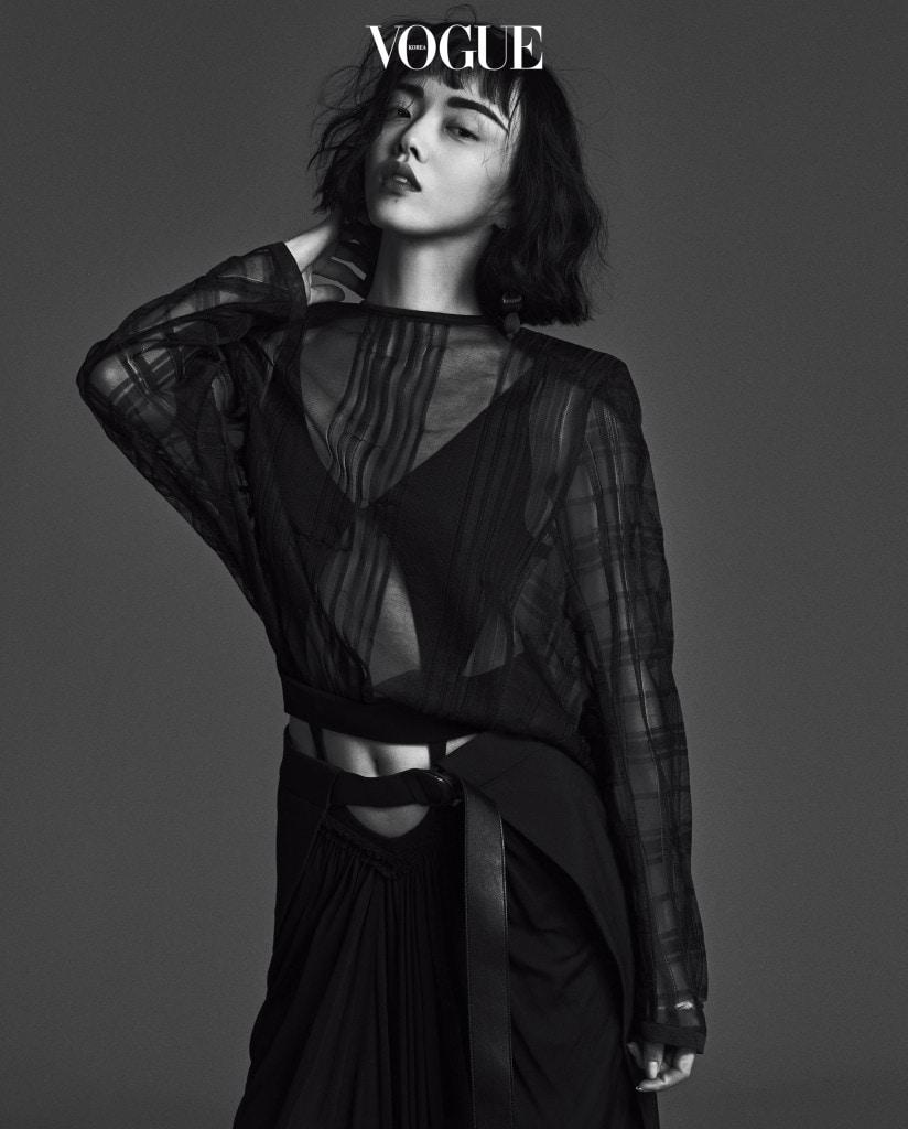 검은색 시스루 원피스와 보디수트는 루이 비통(Louis Vuitton).