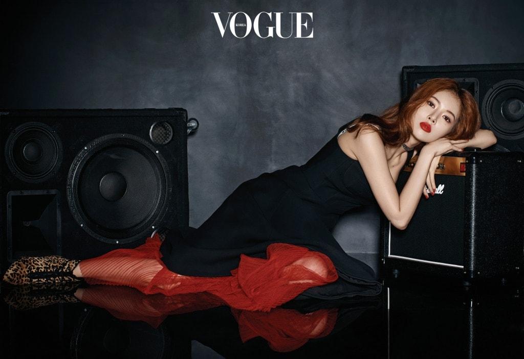 입술 에 바른 색은 디올 '루즈 디올 리퀴드 #99 9 매트'. 브라 톱, 원피스, 초 커, 부티는 디올(Dior).
