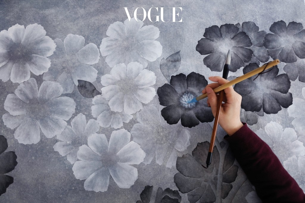 '아네모네 인 라이트' 컬렉션은 정교한 핸드 페인팅으로 디자인되었다.