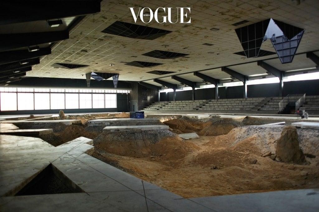 뮌스터의 아이스링크로 쓰이던 공간을 제3의 생태계로 변모시킨 피에르 위그(Pierre Huyghe)의 'After Alife Ahead'(2017).