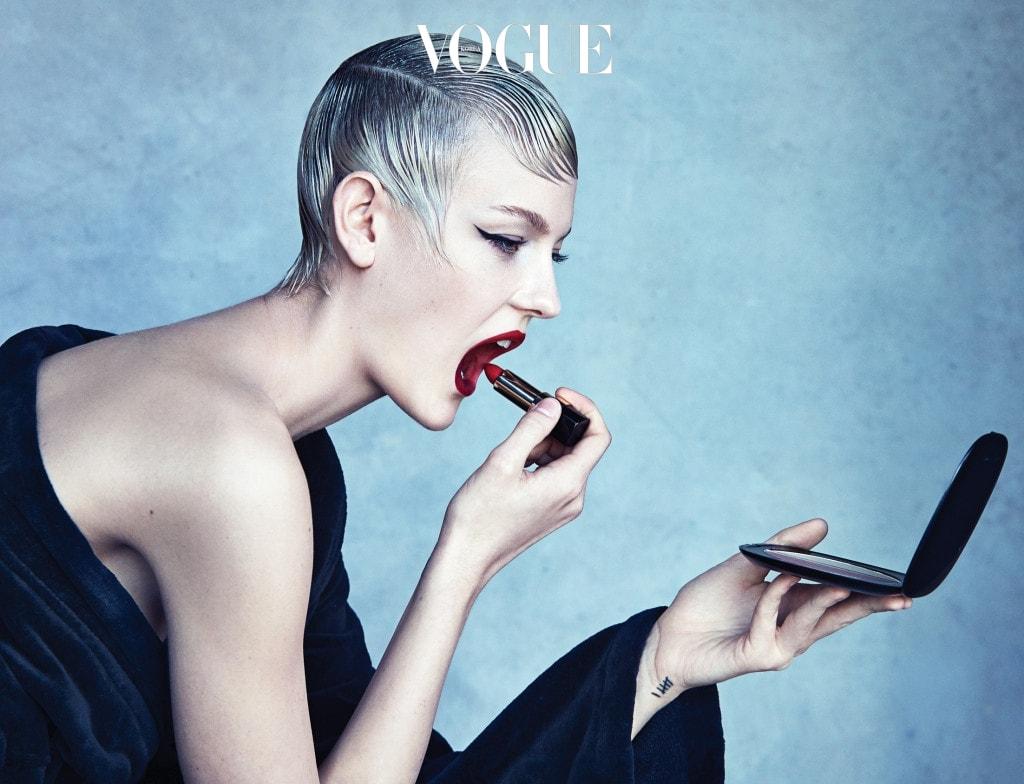 검은색 로브는 폴로 랄프 로렌(Polo Ralph Lauren), 레드 립스틱은 돌체앤가바나(Dolce&Gabbana).