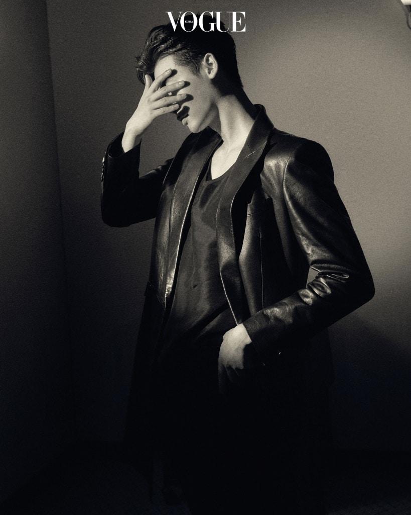 블랙 실크 민소매 톱과 가죽 롱 코트는 김서룡(Kimseoryong), 바지는 지방시(Givenchy at Boon The Shop Man).