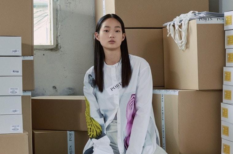 다양한 유리잔을 프린트한 화이트 셔츠와 실용적인 배기 팬츠.