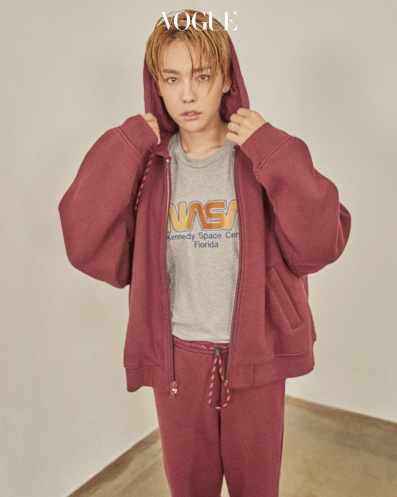 김진우가 입은 실용적으로 스타일링할 수 있는 트랙 수트는 알렉산더 왕(Alexander Wang), 프린트 티셔츠는 코치(Coach).