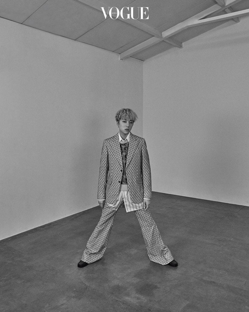 강승윤이 입은 기하학 패턴의 팬츠 수트와 니트 베스트, 롱 셔츠와 로퍼는 구찌(Gucci).