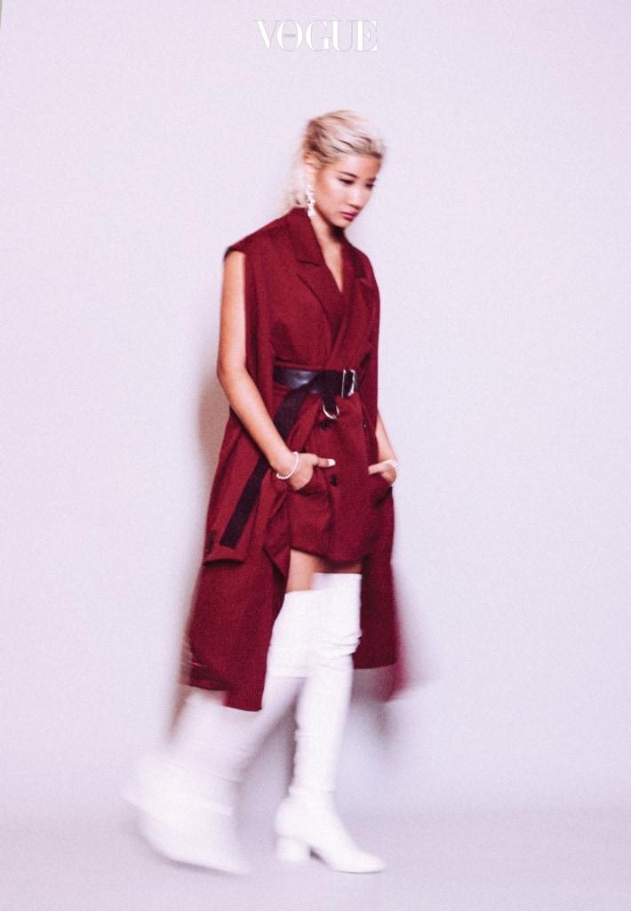 패션 디자이너로 인정받은 윤. 검붉은색 재킷과 쇼츠, 벨트, 주얼리는 앰부시(Ambush), 페이턴트 소재 부츠는 루이 비통(Louis Vuitton).