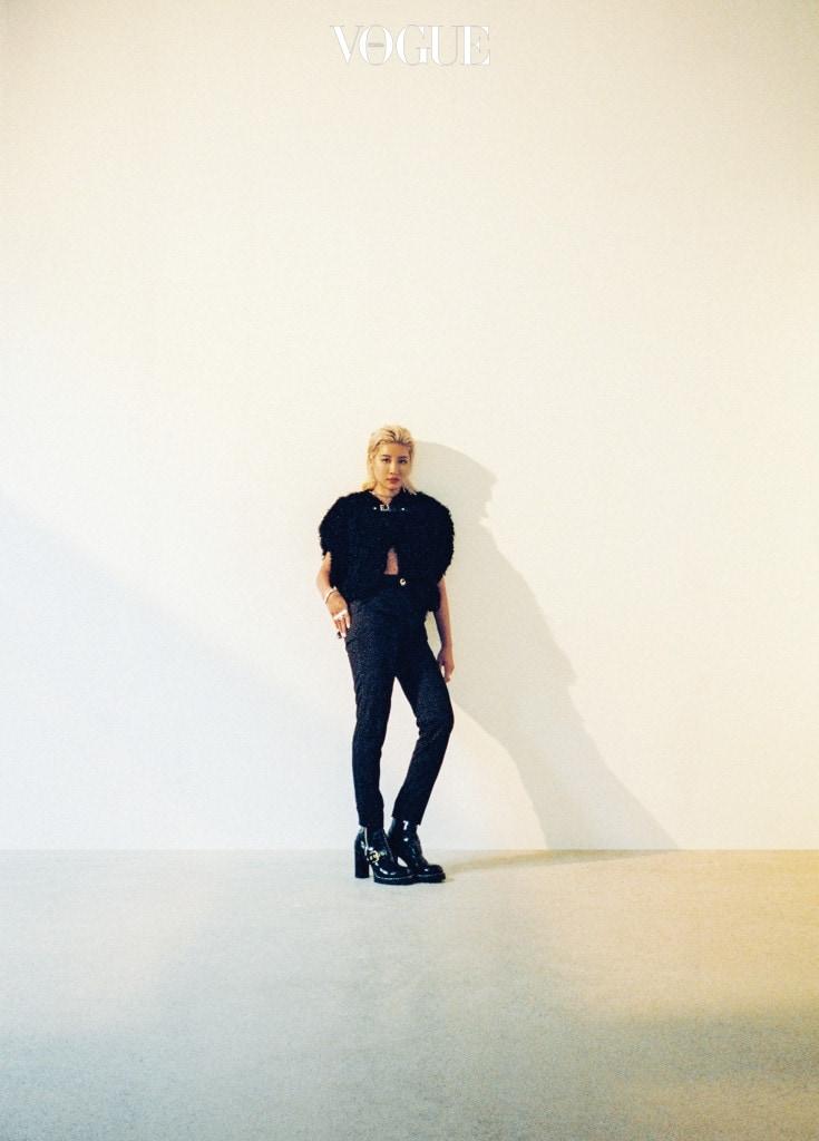 에이셉 라키의 뮤직비디오에 출연했던 그녀는 카메라 앞에서 스스로의 매력을 드러내는 데에 자연스럽다. 양털 소재 재킷과 검정 팬츠, 부츠는 루이 비통(Louis Vuitton).