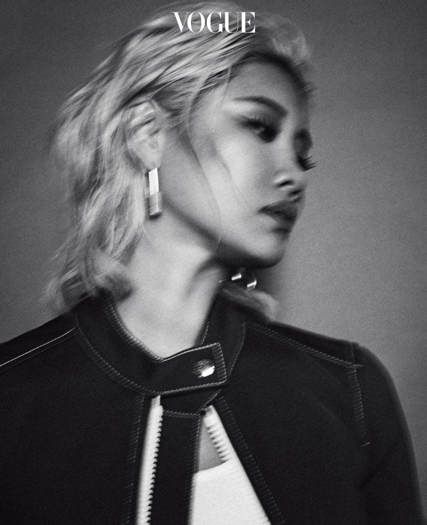 루이 비통의 초대를 받아 서울을 찾은 앰부시의 윤 안. 그녀가 입은 재킷은 루이 비통(Louis Vuitton), 주얼리는 앰부시(Ambush).