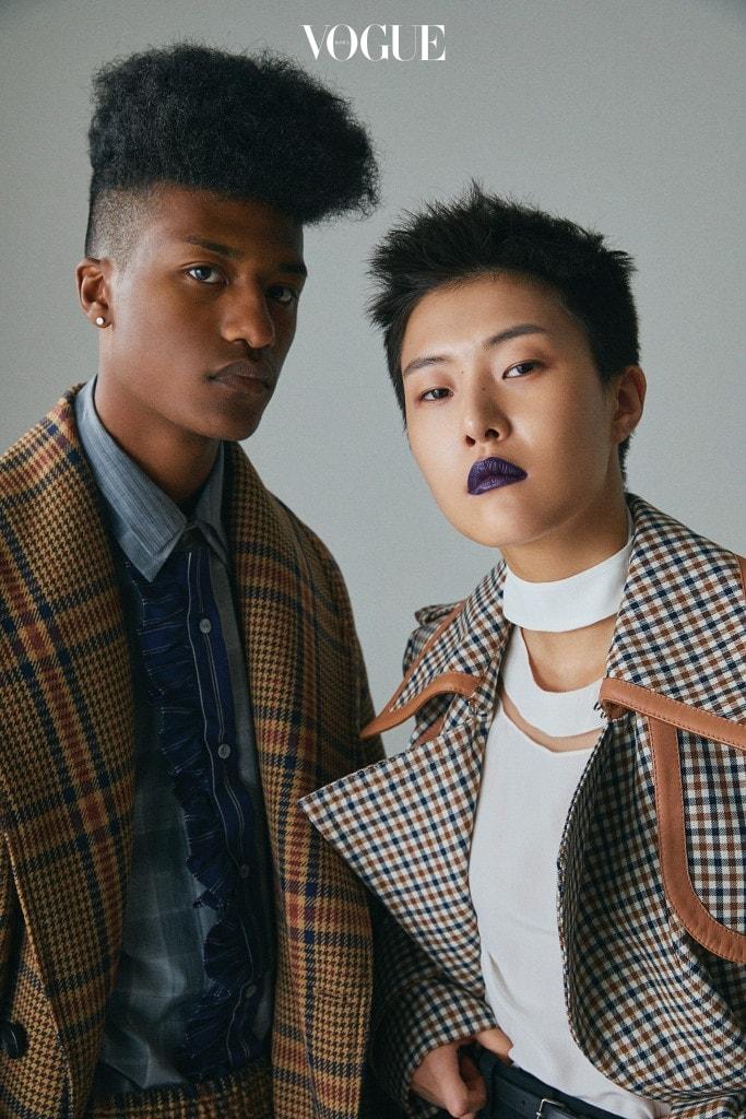 PLAID MATE 남자 모델의 체크무늬 코트와 셔츠는 우영미(Wooyoungmi). 여자 모델의 롱 체크 울 코트는 니나 리치(Nina Ricci), 블라우스는 펜디(Fendi).