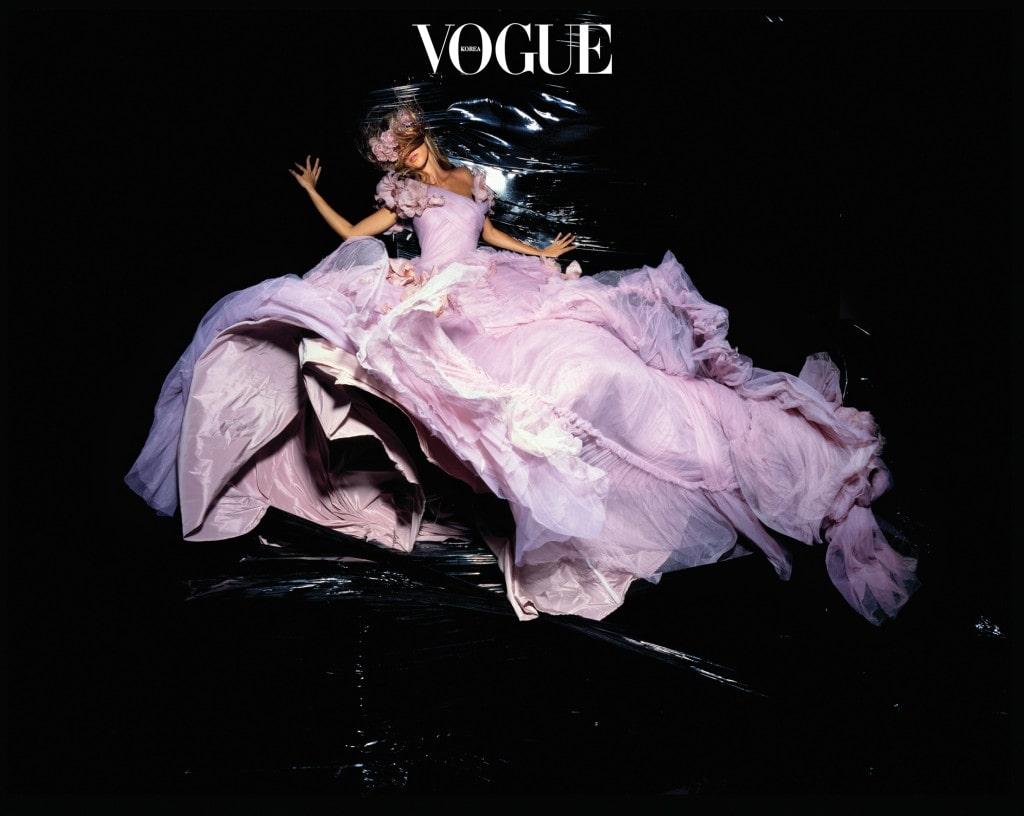 사진가 닉 나이트가 포착한 디올 꾸뛰르 드레스의 모습. 존 갈리아노가 디자인한 드레스를 입은 지젤의 이미지는 2006년 11월 영국 를 위해 촬영한 것.