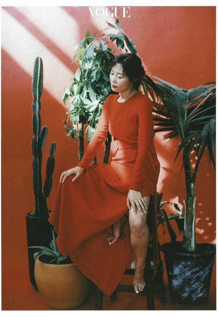 레드 드레스는 에스까다(Escada).