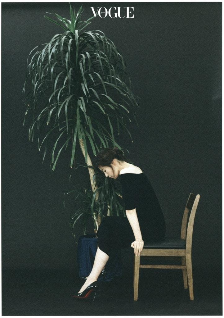 블랙 니트 드레스는 올세인츠 (AllSaints), 블랙 스틸레토 힐은 크리스찬 루부탱(Christian Louboutin).