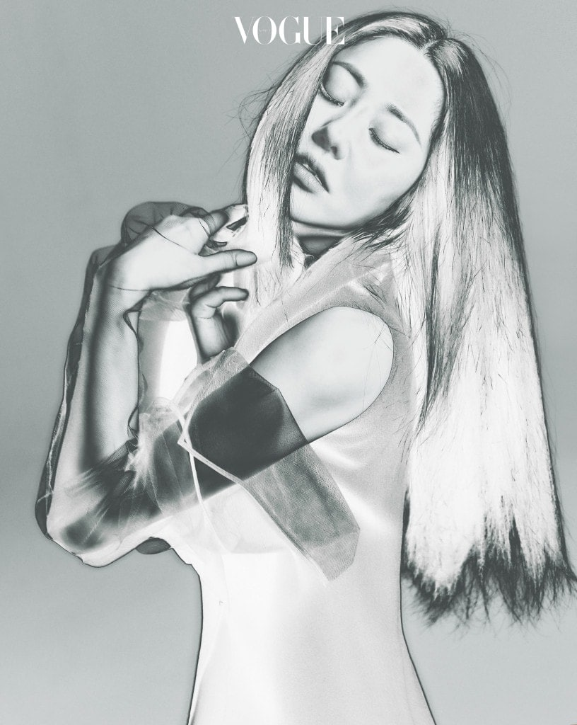 Profile 여자의 내력은 '옆'으로 흐른다. 잘 케어된 얼굴, 막히지 않은 순환의 고리가 만들어내는 단정한 선의 미학.