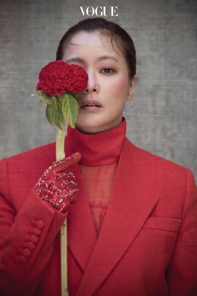 모직 테일러드 코트와 하이넥 시폰 블라우스, 스톤 장식 장갑은 지방시(Givenchy).