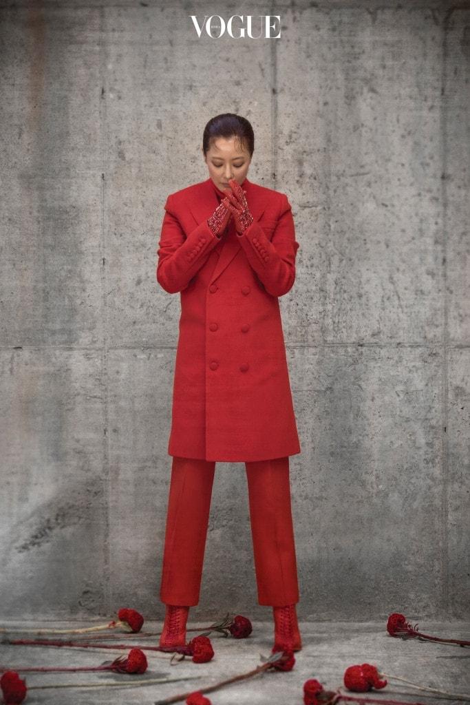 모직 테일러드 코트와 하이넥 시폰 블라우스, 팬츠와 스톤 장식 장갑, 부츠는 지방시(Givenchy).