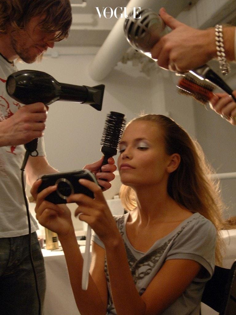 두피로 인해 비듬과 각질 같은 불청결한 이미지를 주는 것도 속상하지만 풍성한 머리칼을 위한 첫 단추가 두피케어라는 것. 즉, 두피도 피부라는 걸 잊지 마세요.