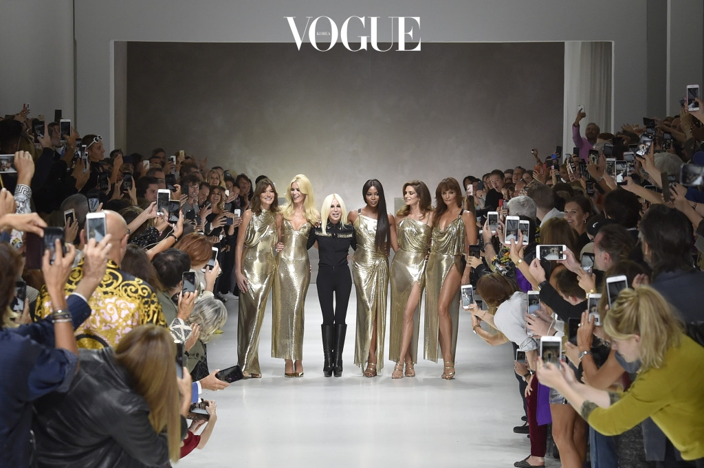 MILAN, ITALY - SEPTEMBER 22:  Fashion designer Donatella Versace with Supermodels L-R, Carla Bruni, Claudia Schiffer, Naomi Campbell, Cindy Crawford, Helena Christensen, walk the runway at the Versace Spring Summer 2018 fashion show during Milan Fashion Week on September 22, 2017 in Milan, Italy.  (Photo by Catwalking/Getty Images)