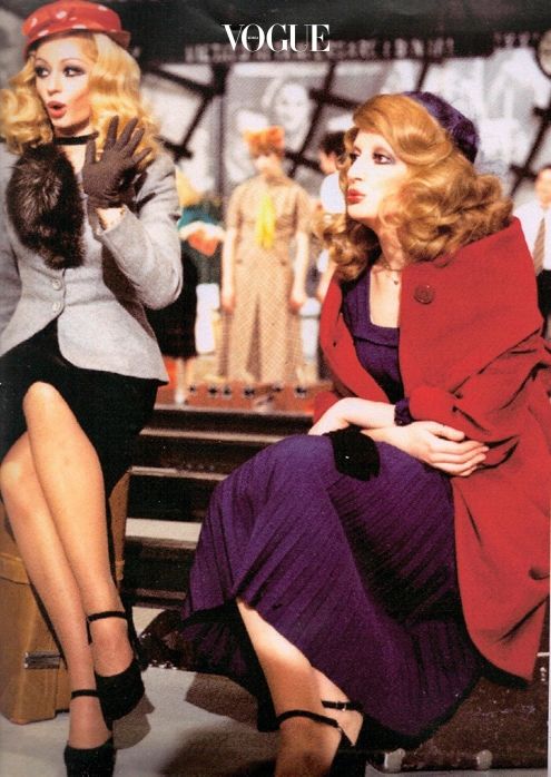 "4 ALESSANDRO MICHELE – GUCCI ""여섯 살 때 이모가 이탈리아의 TV 채널 RAI에서 일했어요. 토요일 밤 TV 쇼에 가수 미나(Mina), 라파엘라 카라(Raffaella Carrá)가 출연하던 시절이었죠. TV 진행자와 댄서들은 다들 옷을 직접 만들었는데, 이모는 가끔 남는 옷을 담은 커다란 가방을 집에 가져오곤 했어요. 저는 모피, 시퀸, 인조 보석이 달린 옷과 사랑에 빠졌어요. 색깔과 소재별로 분류하곤 했죠. 장난감 병정이나 고양이와 노는 데 시간을 쏟지 않았어요. 여동생의 바비 인형을 위한 드레스를 만드는 걸 즐겼답니다."""
