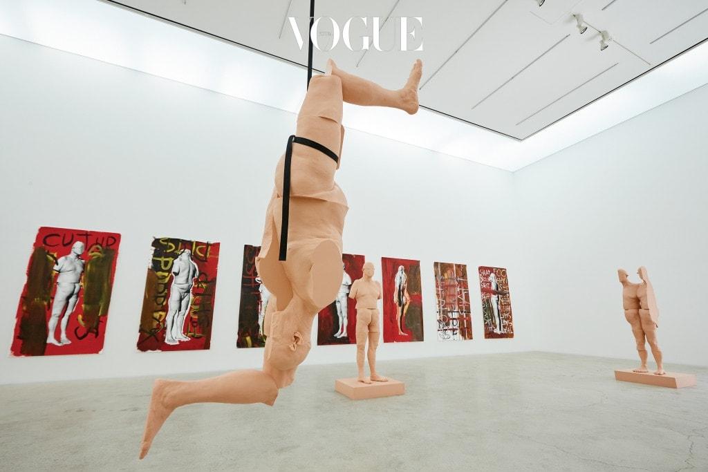 지난 2012년 폴 맥카시의 아홉 난쟁이가 점령했던 K3 전시장에서는 작가 자신의 몸의 향연이 펼쳐진다. 자신의 나신을 본떠 만든 도형을 절단하고 재배치해 만든 조각과 그림인 '컷업' 시리즈. 지난 60~70년대 자신의 몸을 이용한 행위 예술가로 활발하게 활동한 폴 맥카시는 여전히 몸을 이용한 영상, 조각, 페인팅 등을 선보이고 있다. 몸을 외부 세계와 내부 세계의 연결 고리로 해석하며 예술의 소재로 활용해온 그의 작품 철학은 '컷업' 시리즈에서 심리적인 측면을 건드린다.