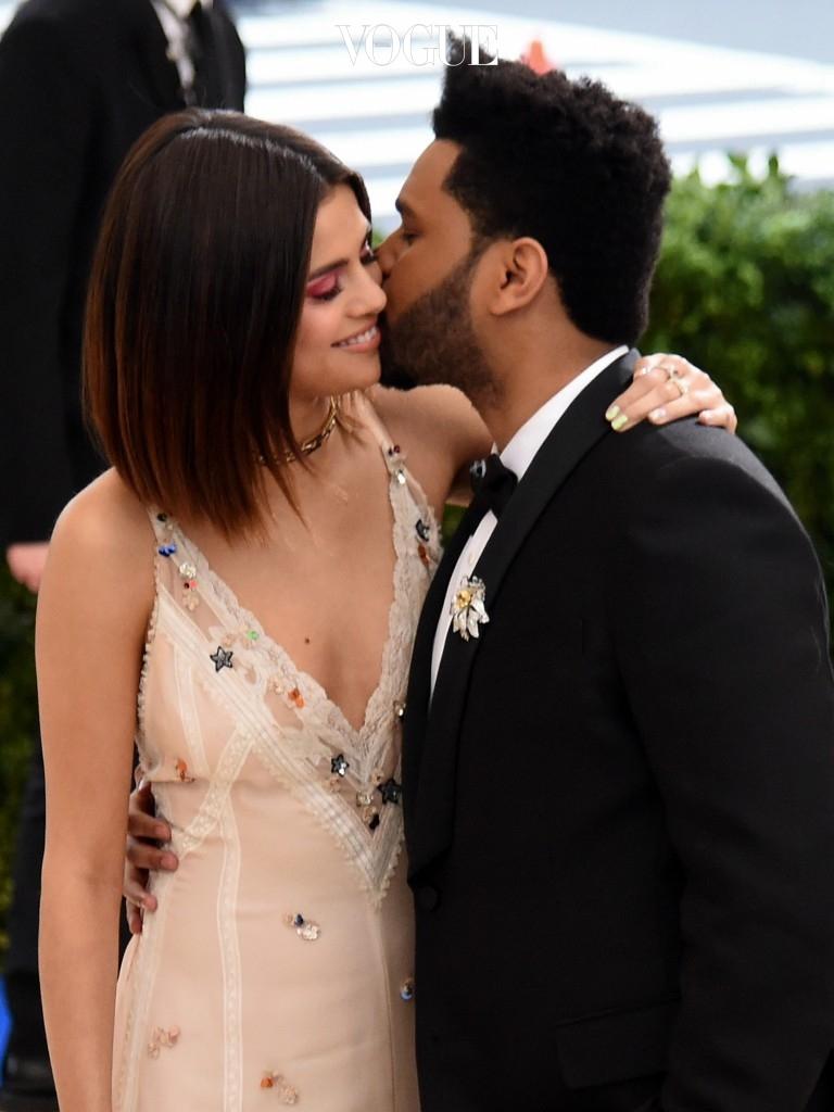 항간에는 사랑을 부르는 '도화살 메이크업'이라고 여겨지는 '빨간 눈 현상'! Selena Gomez and The Weeknd 셀레나 고메즈와 위켄드