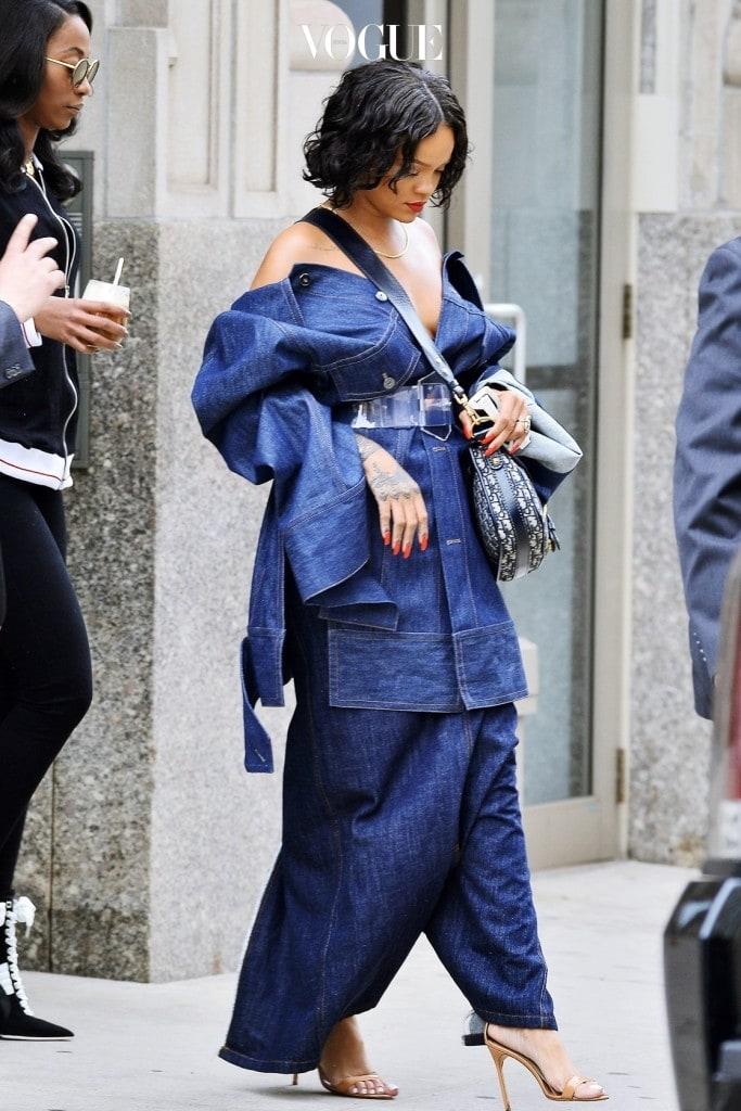 이렇듯 파격적인 스타일과 기본에 충실한 청청 패션까지, 리한나 Rihanna