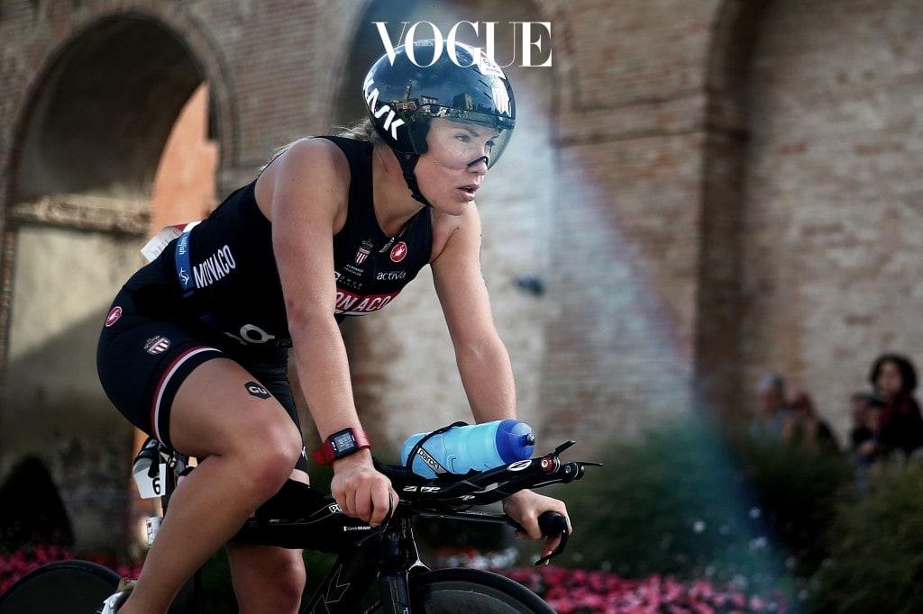 전문가용 자전거에 몸을 맡긴 채 힘차게 바퀴를 구르는 그녀의 뒷태! 운동하는 이들의 전유물이라고만 생각하던 그것을 재킷 아래 입은 사람을 만난다면?!