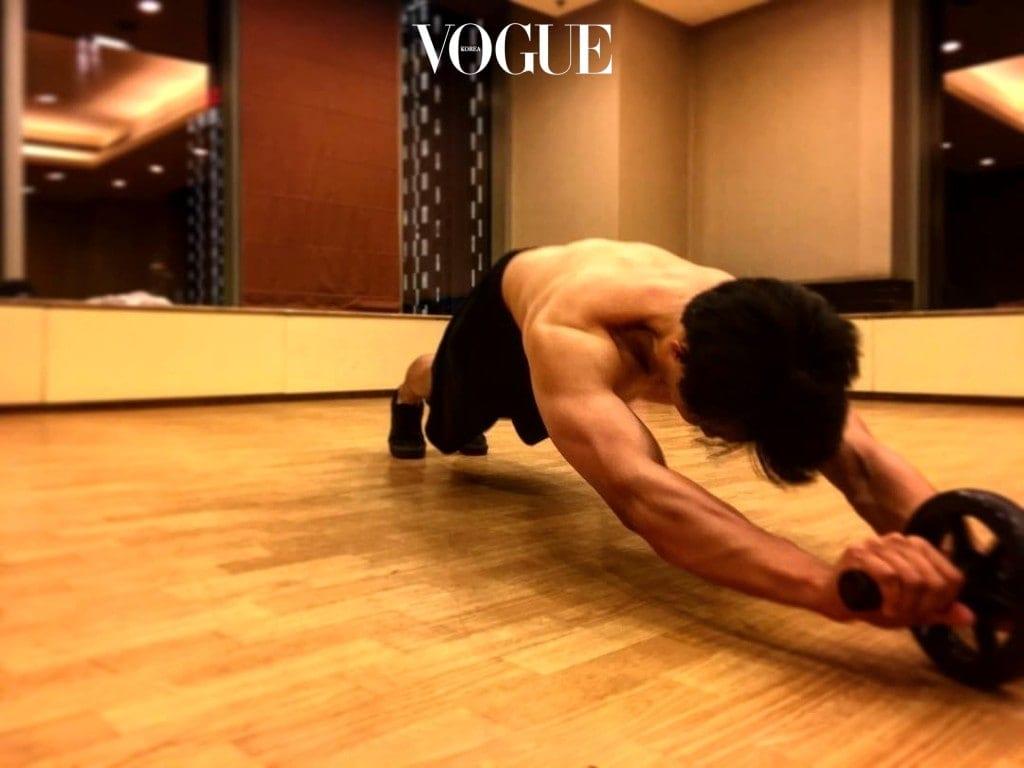 운동을 통해 다져진 태평양 어깨와 다부진 몸매에서 뿜어 나오는 근육은 가히 '탈 아시아급'!