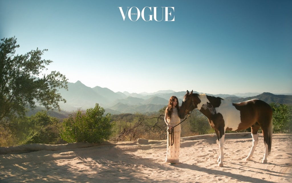 비즈로 정교하게 장식한 드레스, 터키색 스트랩 슈즈는 샤넬(Chanel).