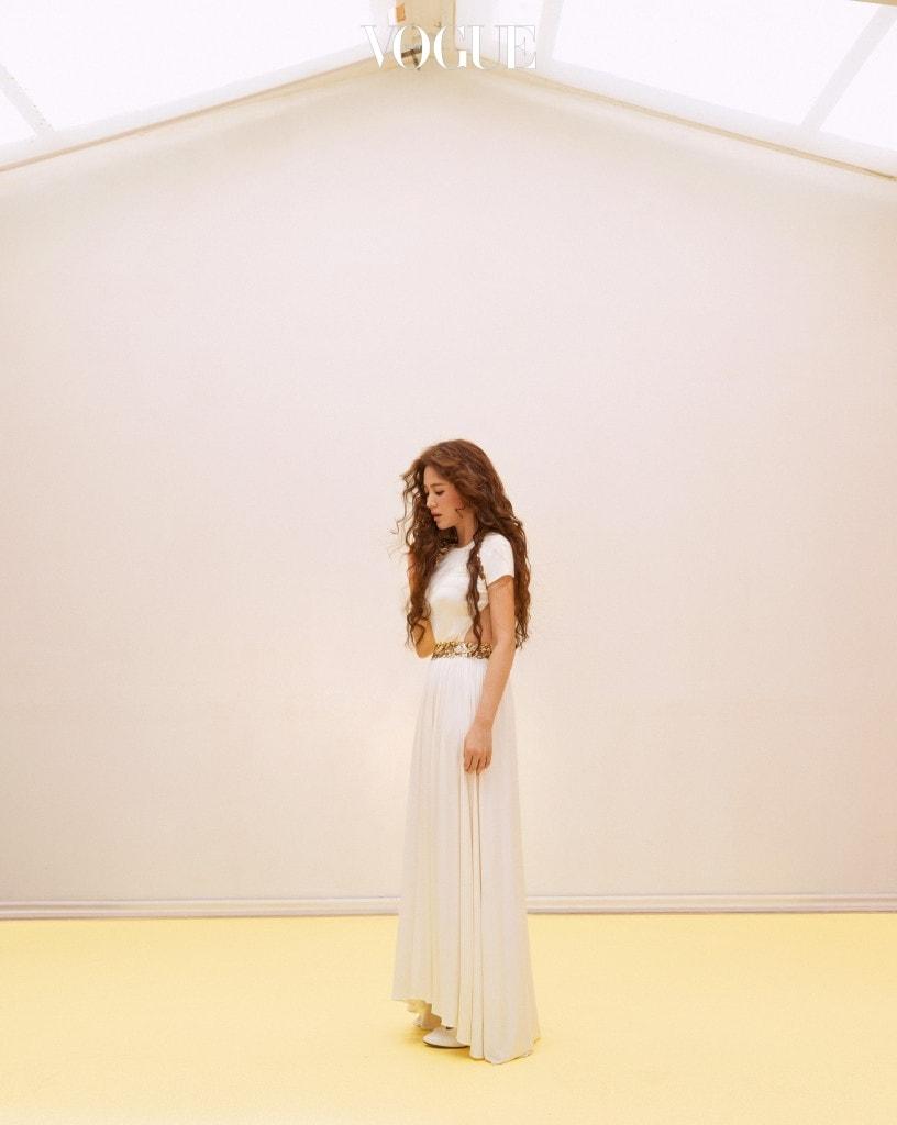 허리를 금색 잎사귀로 장식한 여신 드레스, 메리 제인 슈즈는 샤넬(Chanel).