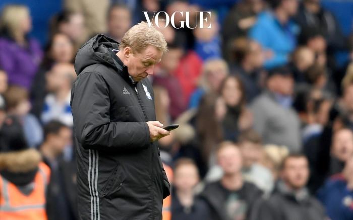 """""""코치님, 경기를  보셔야죠. 골 들어가요!"""" 중요한 순간에도 고개를 숙인 채 스마트폰을 보고 있는 요즘의 사람들."""