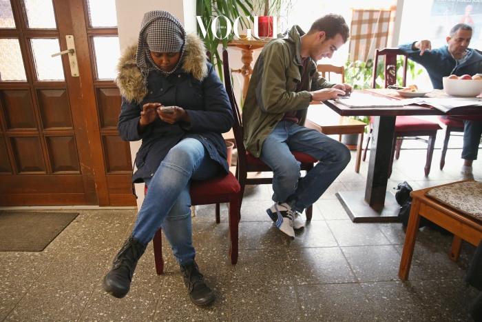 같은 공간에 있지만 각자의 스마트폰 속에 빠져 서로 다른 생각을 하기 일쑤.