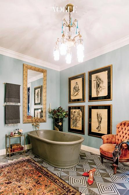 욕실 바닥의 납화 시멘트 타일이 기하학적인 활기를 준다.
