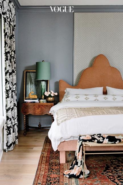 손으로 채색한 1950년대 프랑스 램프가 침대 옆 협탁 위에 놓여 있다.