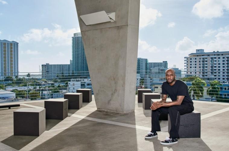 건축가 헤르조그 앤 드뫼롱이 디자인한 마이애미의 주차장 건물에서 만난 버질 아블로. 그가 앉아 있는 의자가 바로 '블루 스테이트 체어' 컬렉션.