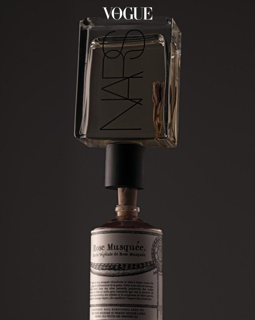 불리 1803 '윌 베제딸 멀티 오일 로즈힙'과 같이 둔화된 피부 사이클을 회복해주는 제품, 나스 '모노이 바디 글로우 II'처럼 피부에 우아한 윤기를 더해주는 오일을 모이스처라이저와 믹스해 사용하길. 보습 지수와 섹시 지수가 동반 상승한다.