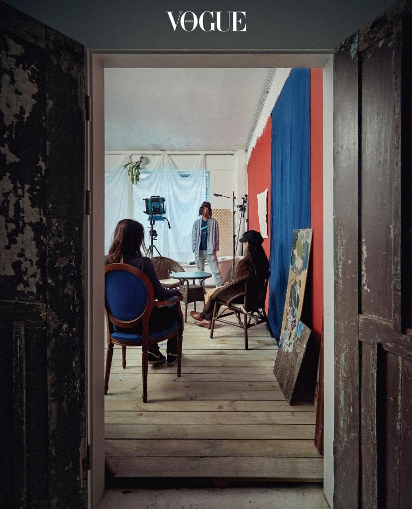나무로 바닥을 마감한 '랄라최 스튜디오' 작업실. (왼쪽부터)아티스트 주유진, 포토그래퍼 최랄라, 손로디아
