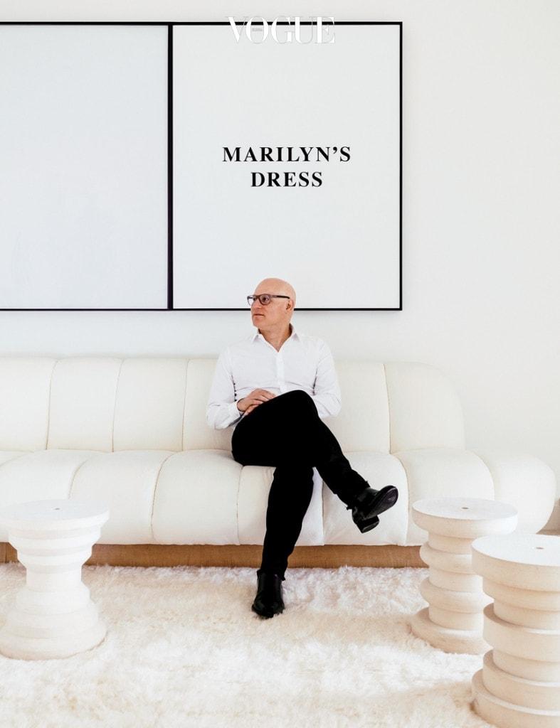 커스터마이징한 'L자 소파'에 앉아 있는 크레이그 로빈스.
